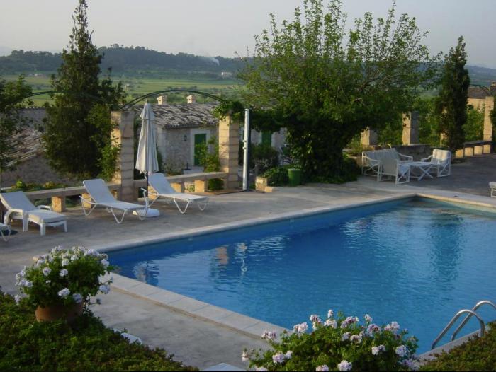 Hotel im Herzen von Mallorca in Spanien , Poollandschaft und Blick in die Natur